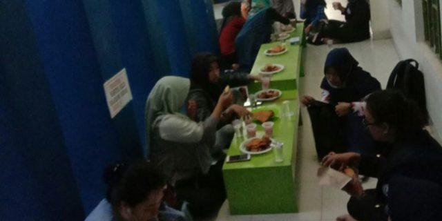 Selama Bulan Ramadan, Masjid Baitul Ilmi Darmajaya Sediakan Takjil Bagi Jemaah